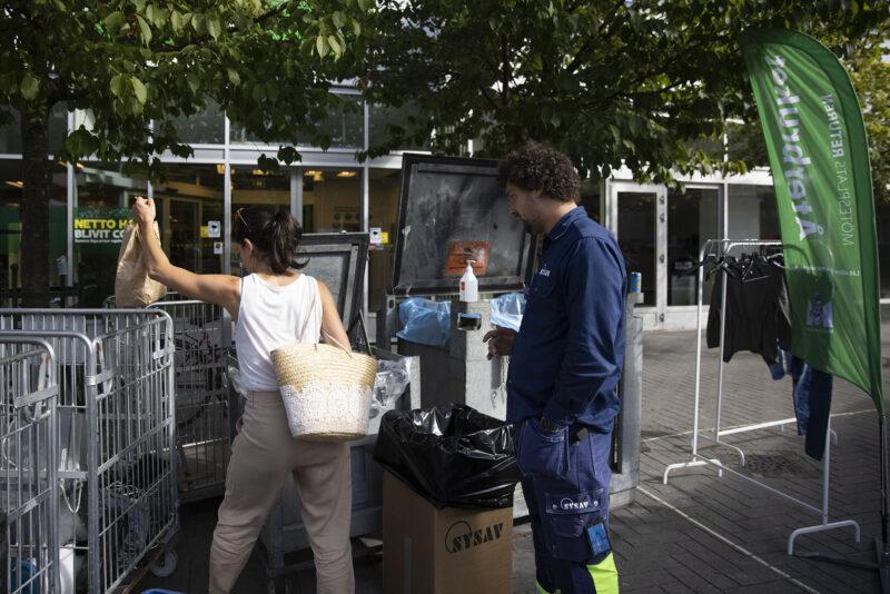 Människor som lämnar skräp till återvinning.