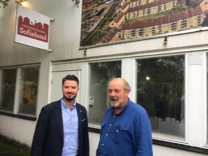 Två pertsoner vid Fastighetsägare BID Sofielunds kontor