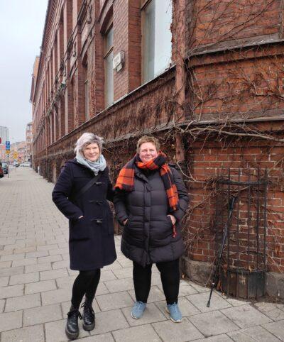 Två kvinnor utanför ett hus