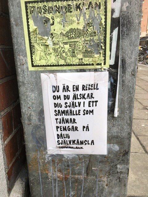 Elskåp med uppklistrade affischer