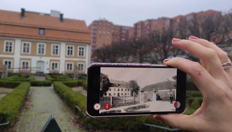 Bild från appen - med verklighetens hus i bakgrunden