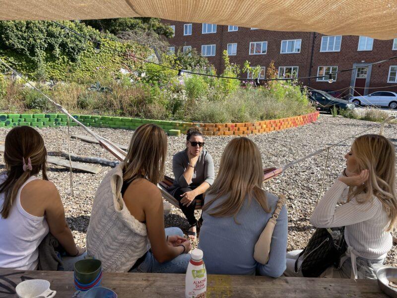 Jeanette Berga samtalar med elever