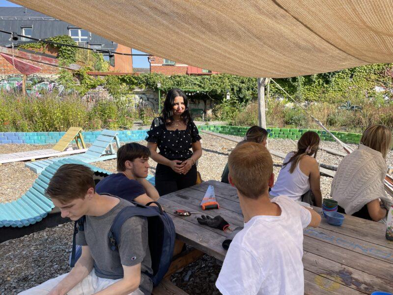 Iman Ahmad med elever på studiebesök